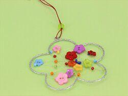 Květinka závěs s knoflíky drát/plast mix - velkoobchod, dovoz květin, řezané květiny Brno